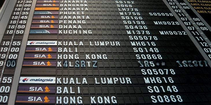 Tablica przylotów na lotnisku w SIngapurze